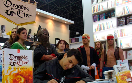 Raphael Dracoon transformou a literatura brasileira num fenômeno!